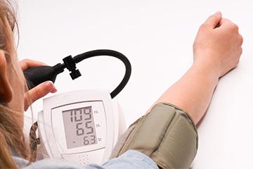 Cómo tomar la presión arterial en su casa?